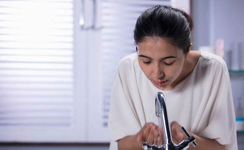তৈলাক্ত ত্বকের যত্নে মুখ ভালভাবে পরিষ্কার করা হচ্ছে - shajgoj.com