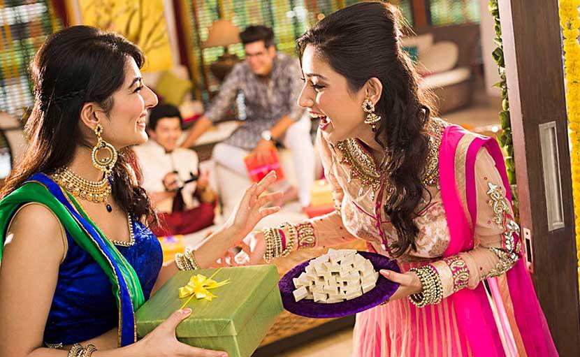 ননদের তরফ থেকে বিবাহ-বার্ষিকীতে ভাবীর জন্য সারপ্রাইজ - shajgoj.com