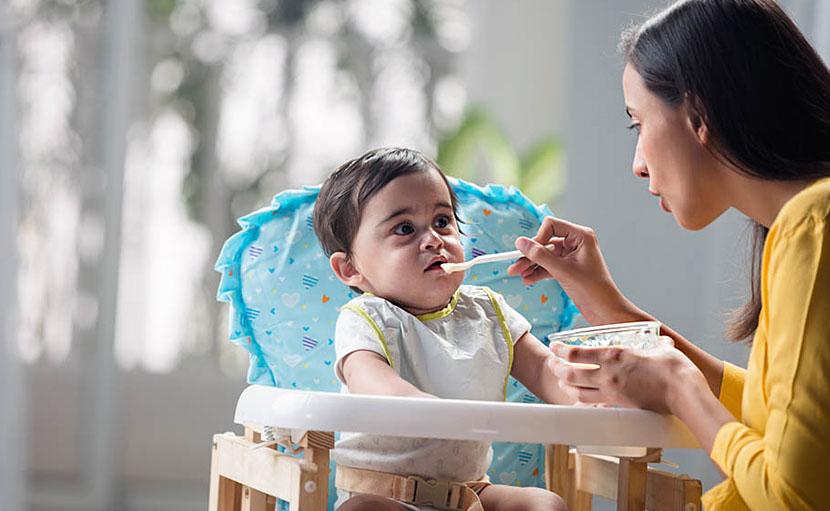 শিশুকে খাওয়ানোর সময় গল্প করুন - shajgoj.com