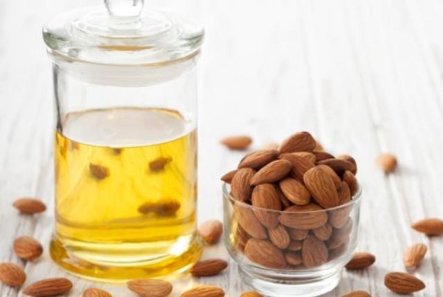 Aloe-Vera-gel-almond-oil-for-dry-skin