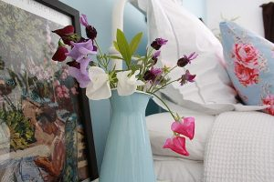 colorful-bedroom-flowers