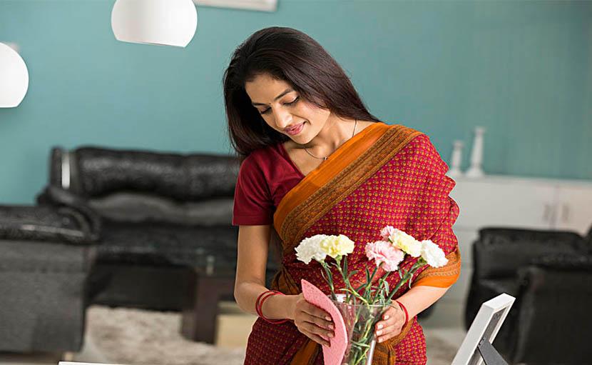 শীতে শোপিস পরিষ্কার করা হচ্ছে - shajgoj.com