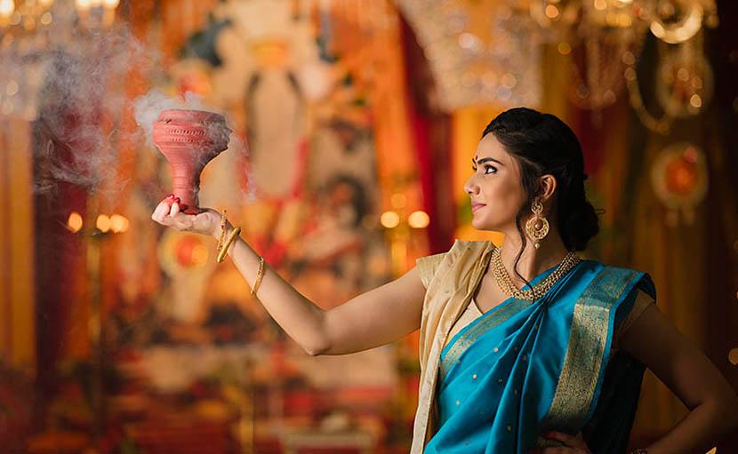নীল শাড়িতে পূজার সাজ - shajgoj.com