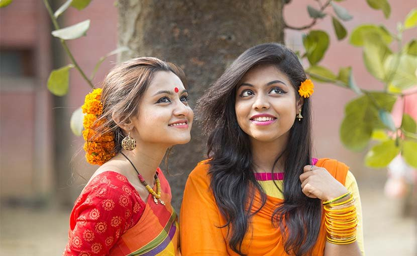 ফাল্গুনে বাসন্তী সাড়ি ও খোঁপাতে গাঁদা ফুলে অসাধারণ সাজ - shajgoj.com
