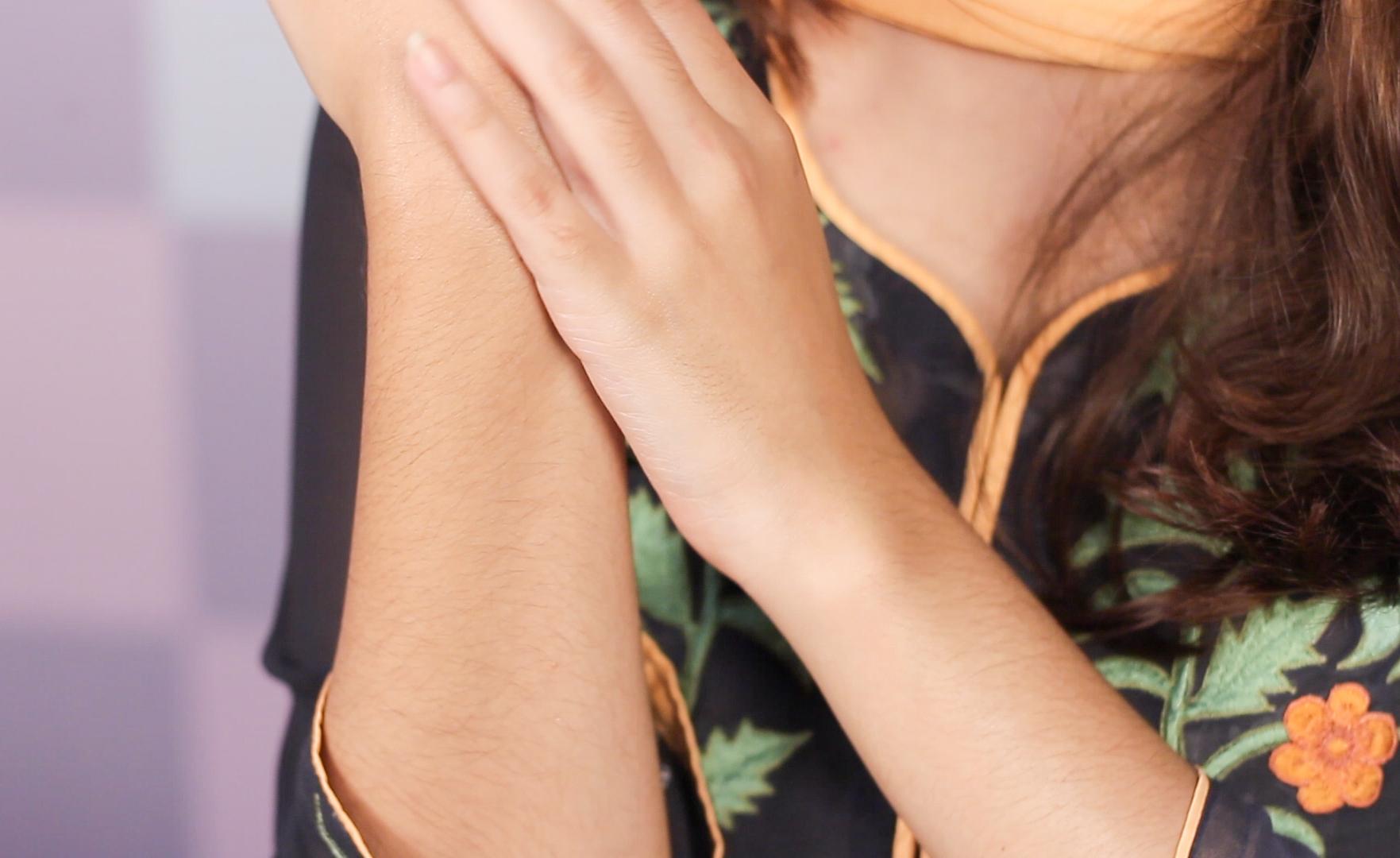 স্কিন ক্যাফে জোজোবা অয়েল ময়েশ্চারাইজার হিসেবে হাতে ব্যবহার - shajgoj.com