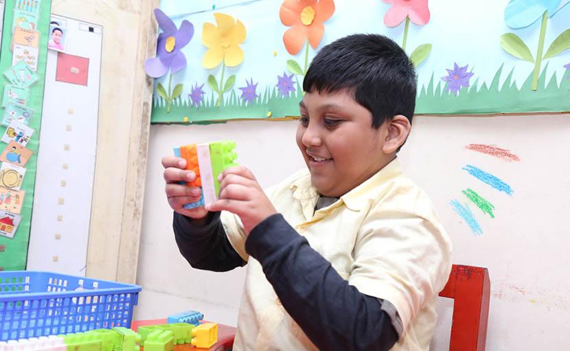 অটিস্টিক শিশু স্কুলে খেলছে - shajgoj.com