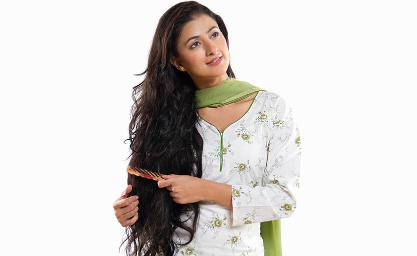 শ্যাম্পু করার আগে চুলে নারকেল তেল দিয়ে ভালো করে আঁচড়ে নিতে হয় - shajgoj.com
