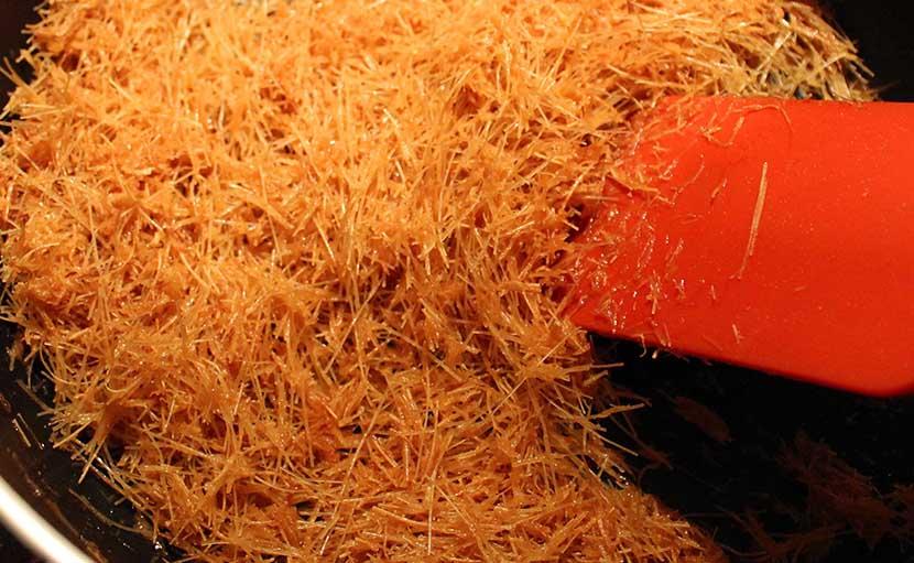 নওয়াবি সেমাই প্রস্তুত প্রণালী ধাপ ১ লাচ্ছা সেমাই চিনি দিয়ে ভেঁজে নিন - shajgoj