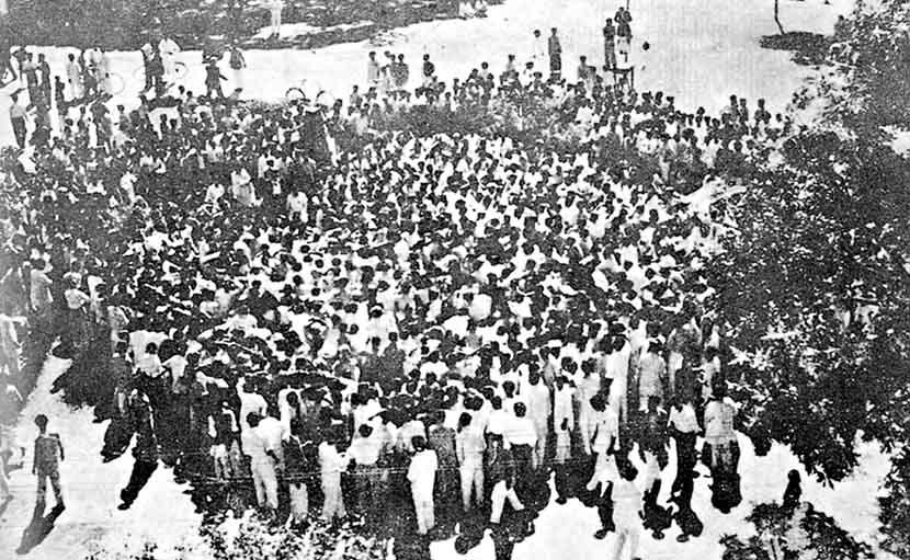 ১৯৫২ সালের ২১ শে ফেব্রুয়ারি আম তলায় মানুষের সমাগম -shajgoj.com