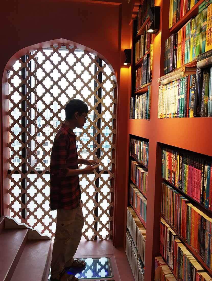 বাংলা গল্পের বই পড়ার অভ্যাস করছে - shajgoj.com