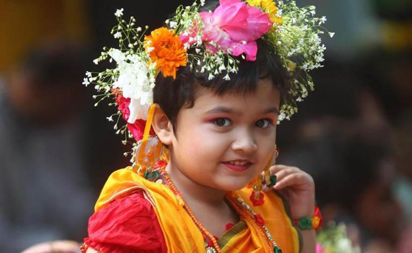 বসন্তে ফুল ও শাড়িতে সুন্দর সাজে ছোট্ট সোনামণি - shajgoj.com