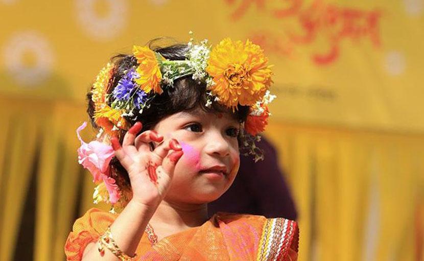 ফুল ও শাড়িতে বসন্ত সাজে ছোট্ট কন্যা বা সোনামণি - shajgoj.com