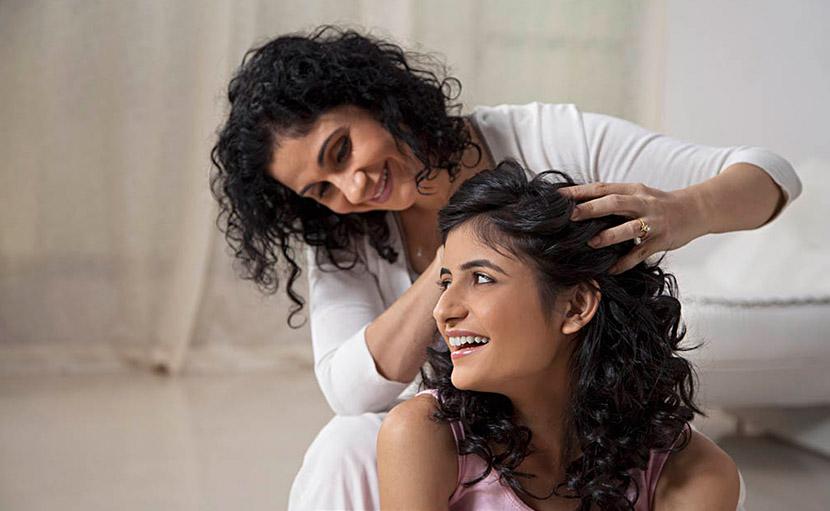 শীতে কোঁকড়া চুলের যত্নে হট অয়েল ট্রিটমেন্ট - shajgoj.com
