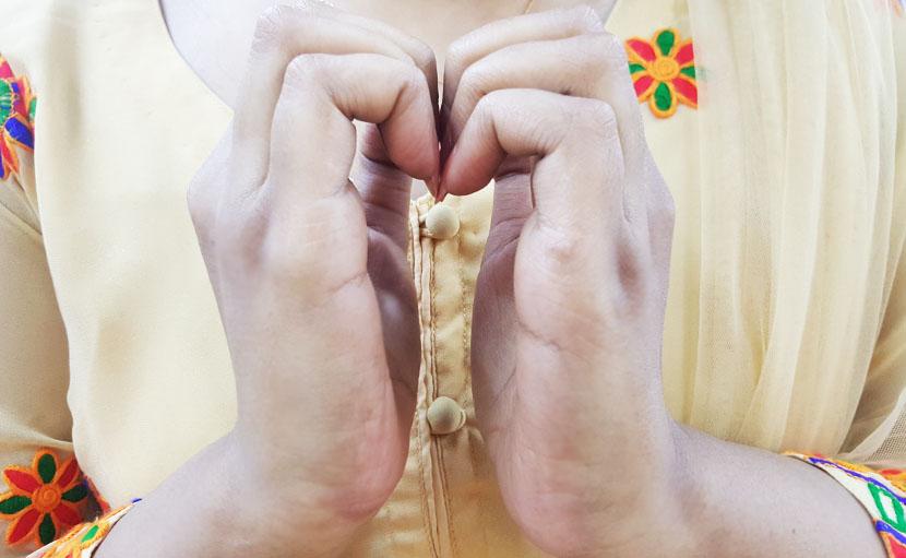চুলের বৃদ্ধিতে নখগুলো পরস্পরের সাথে ঘষুন - shajgoj.com