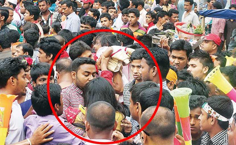 পহেলা বৈশাখে এক নারীকে টিএসসিতে লাঞ্ছনা - shajgoj.com