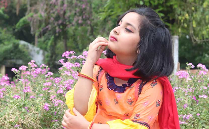 বৈশাখী সালোয়ার কামিজে ছোট্ট মেয়ে - shajgoj.com