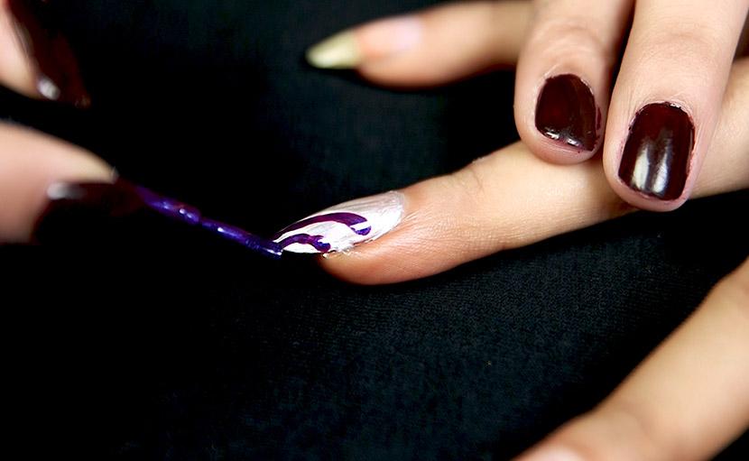 ইজি নেইল আর্ট করতে নেইল পলিশ দিয়ে নখে লাইন টেনে নিতে হবে - shajgoj.com