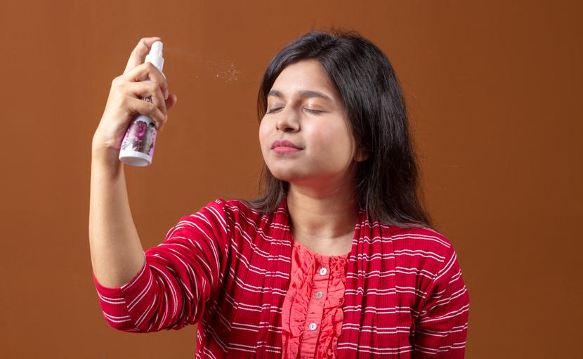 রূপচর্চায় গোলাপের পাপড়ি থেকে তৈরি রসের পানি ব্যবহার করছে একজন মেয়ে